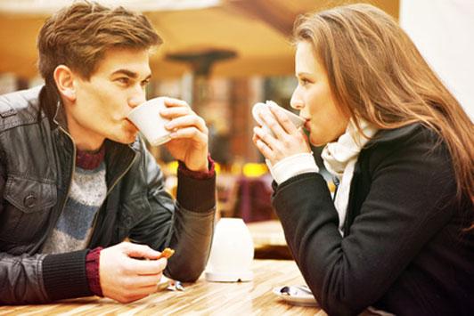 jovenes en cafe